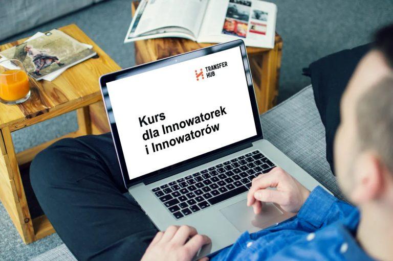Mężczyzna siedzi nakanapie, nakolanach trzyma laptopa. Naekranie jest logo TransferHub inapis kurs dla innowatorek iinnowatorów